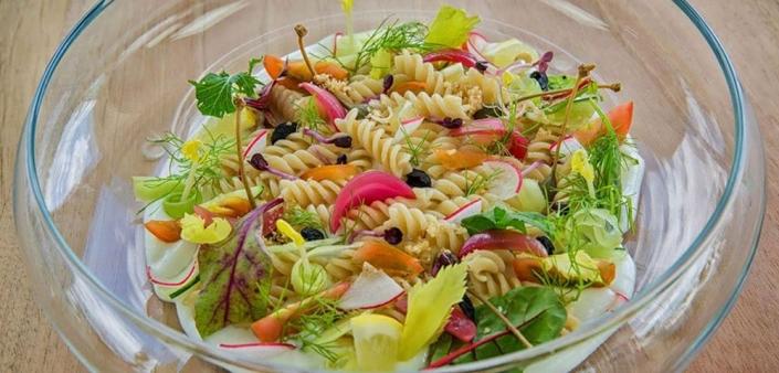 Frischer Sommersalat aus glutenfreien Reisnudeln